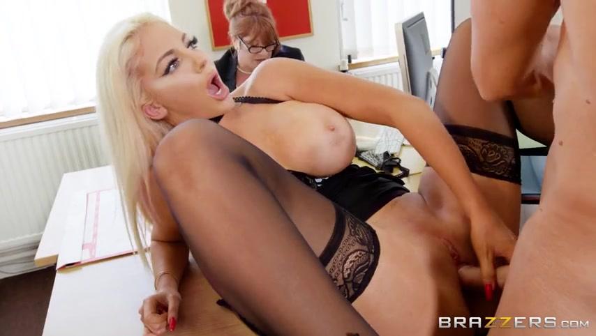 Секс под столом на вечеринке порно