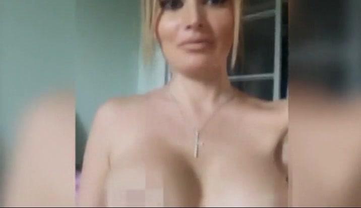 seks-video-golaya-televedushaya-gluboko-rukoy-v-uzkiy-anal