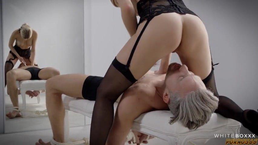 Руки доминирует мастурбирует блондинке